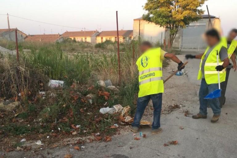 Volontari al lavoro per la pulizia della città