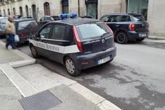 Auto di servizio della Polizia Locale davanti ad uno scivolo per disabili