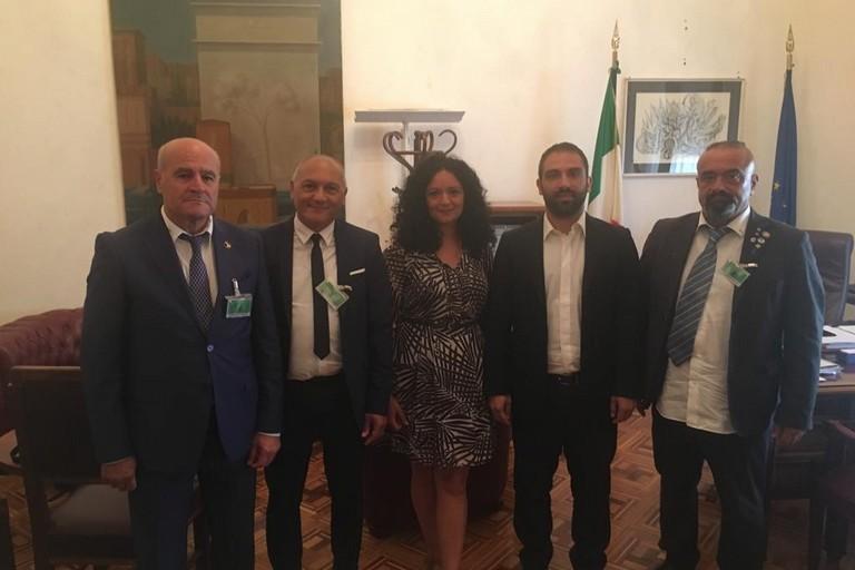 Il sovrintendente capo De Vincenziis, /secondo da sx) con la deputata on. Galizia