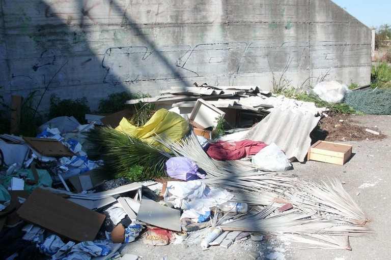 rifiuti gettati per strada