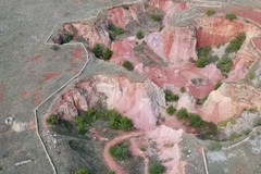 La cava di bauxite vista dall'alto