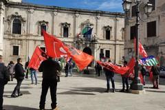 Esclusi dai sostegni economici, lavoratori agricoli in protesta davanti alla Prefettura