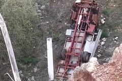 Camion con gru nella gola di una cava di bauxite
