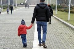 Coronavirus, sì a passeggiate con bambini o anziani con un solo tutore