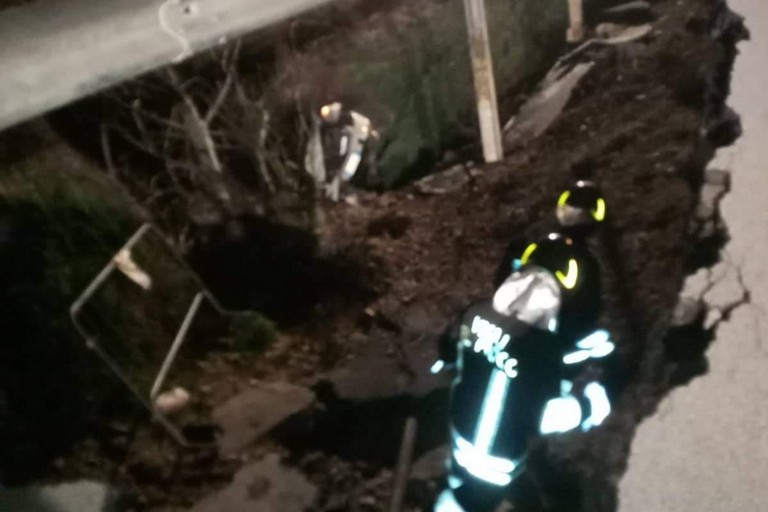 Auto vola giù per 20 metri sulla strada per la stazione di Spinazzola